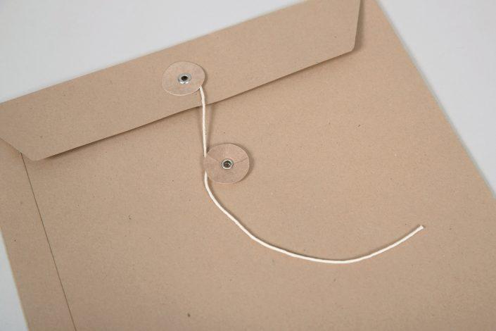 Briefumschlag mit Fadenverschluss