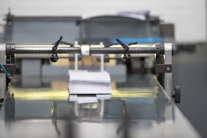 Bedruckte Briefumschläge auf Fließband