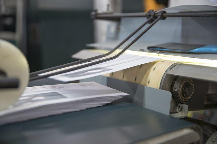 Bedruckte Briefhüllen auf einem Fließband
