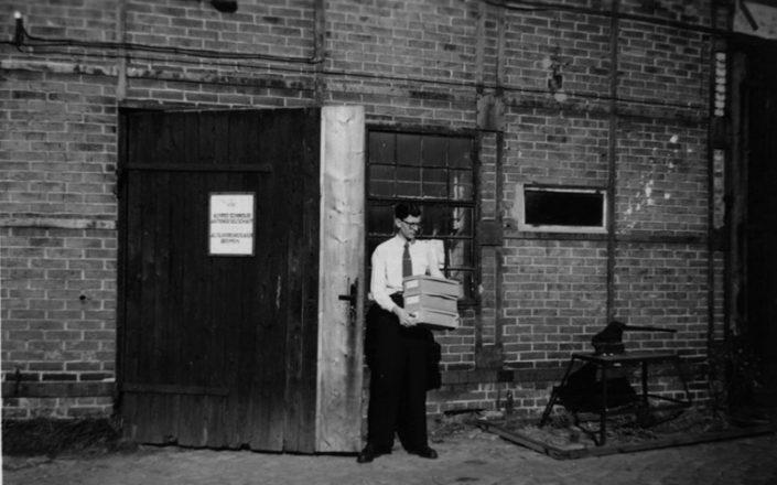 Rudolf Lisei vor erster Lagerhalle