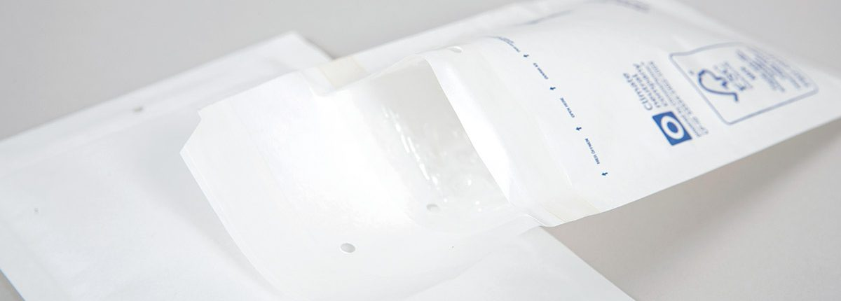 Weiße Luftpolsterhüllen