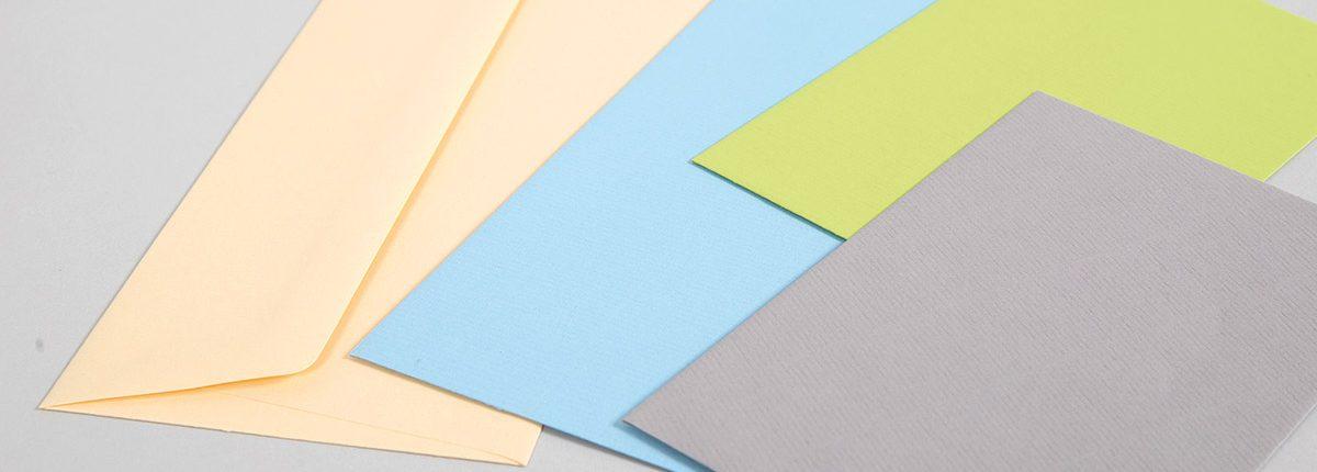 Aufgefächerte farbige Briefhüllen
